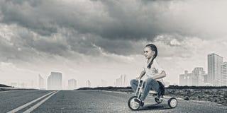 Велосипед катания девушки Стоковые Фото