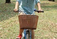 Велосипед катания женщины Стоковые Изображения