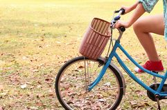 Велосипед катания женщины Стоковое фото RF