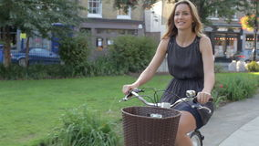 Велосипед катания коммерсантки через парк города видеоматериал