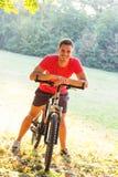 Велосипед катания молодого человека стоковая фотография rf