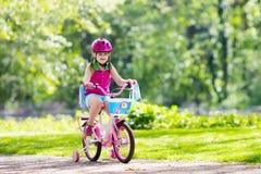 Велосипед катания ребенка Ребенк на велосипеде Стоковое фото RF
