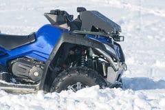 Велосипед квада в снеге Стоковое Изображение RF