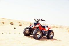 Велосипед квада на песчанной дюне Стоковое Фото