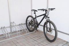 Велосипед на автостоянке Стоковые Фотографии RF
