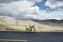 Велосипед на асфальте и с ландшафтом выгона Стоковое Изображение