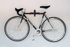 Велосипед на белой предпосылке Стоковое Фото