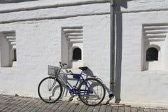 Велосипед на белой стене Стоковая Фотография