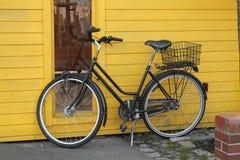 Велосипед на желтой стене Стоковое Изображение