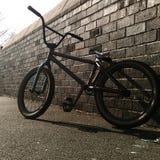 Велосипед на кирпичной стене 3 стоковая фотография rf