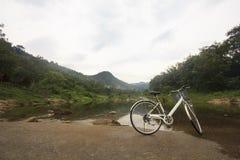 Велосипед на мосте пересекает сверх реку: Деревня Khiriwong Fuit, Nakhon Si Thammarat Таиланд Стоковые Изображения