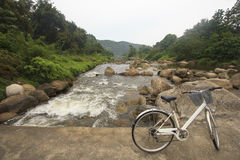 Велосипед на мосте пересекает сверх реку: Деревня Khiriwong Fuit, Nakhon Si Thammarat Таиланд Стоковые Фотографии RF