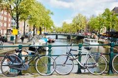 Велосипед на мосте речного русла Стоковое Изображение RF