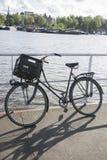 Велосипед на порте канала Oosterdok; Амстердам Стоковая Фотография