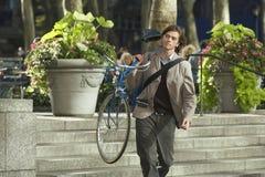 Велосипед нося бизнесмена в парке Стоковое Изображение