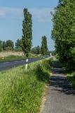 Велосипед дорога сразу в расстояние Стоковые Фотографии RF