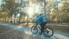 велосипед 2 Пары на Bikes Романтичный велосипед в лесе осени видеоматериал