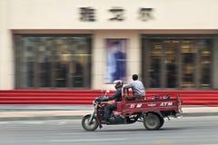Велосипед перевозки проходит выход моды, Далянь, Китай Стоковое фото RF