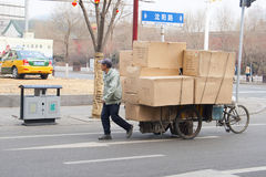 Велосипед переход в Китае перегружал с коробками Пекином Стоковая Фотография RF