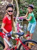 Велосипед переходить вброд девушки задействуя повсеместно в вода Стоковое Фото
