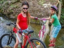 Велосипед переходить вброд девушки задействуя повсеместно в вода Стоковые Изображения