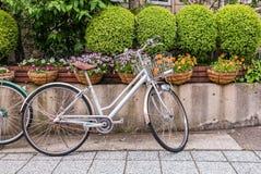 Велосипед перед стеной дома Стоковое Изображение