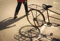 Велосипед, пешеход, тени дня Стоковые Фотографии RF