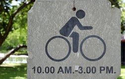 Велосипед подписывает внутри парк Стоковая Фотография