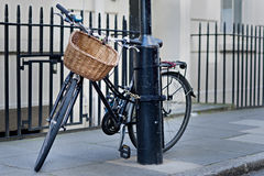 Велосипед прикованный к lampost в Лондоне Стоковое Изображение