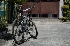 Велосипед припаркованный на улице Стоковые Фотографии RF