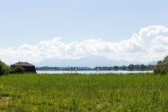 Велосипед путь вокруг озера Chiemsee, Баварии, Германии Стоковая Фотография RF