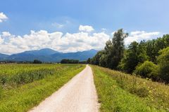 Велосипед путь вокруг озера Chiemsee, Баварии, Германии Стоковое фото RF