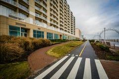 Велосипед путь и гостиницы highrise вдоль променада в Вирджинии стоковая фотография