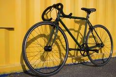 Велосипед спорта на желтой предпосылке Стоковые Изображения
