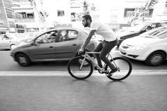 Велосипед спорта шестерни человека велосипедиста ехать фиксированный Стоковое фото RF