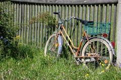 Велосипед с корзиной на загородке Стоковое Изображение
