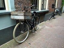 Велосипед с клетью в старой улице Стоковая Фотография