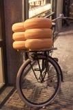 Велосипед с сырами Амстердамом стоковое фото
