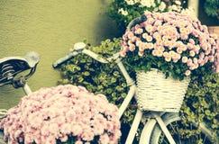 Велосипед с цветками стоковые изображения rf