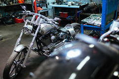 Велосипед тяпки в гараже Стоковые Фото