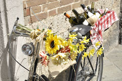 Велосипед украшенный с высушенными цветками Стоковая Фотография