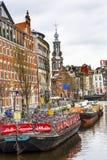 Велосипед шлюпки паркуя канал Амстердам Нидерланды Munttoren Singel Стоковая Фотография