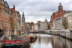 Велосипед шлюпки паркуя канал Амстердам Нидерланды Munttoren Singel Стоковое фото RF