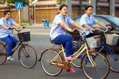 Велосипеды езды работников по пути домой от работы Стоковые Фотографии RF