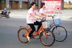 Велосипеды езды работников по пути домой от работы Стоковые Изображения RF