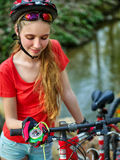 Велосипеды задействуя шлем девушки нося смотрят компас Стоковое Изображение