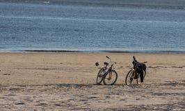 2 велосипеды и шарика на пляже Стоковая Фотография
