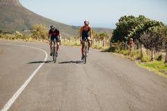 Велосипеды катания велосипедиста на открытой дороге Стоковое Изображение
