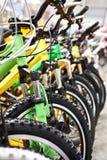 Велосипеды на автостоянке велосипеда Стоковая Фотография