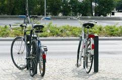 Велосипеды на автостоянке Стоковая Фотография